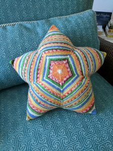Sternkissen Asterisk - free pillow knitting pattern